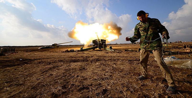 Ein irakischer Kämpfer der Hashd al-Shaabi (Popular Mobilization Units) feuert in Richtung Positionen des Islamischen Staat im Westen von Mosul, Irak, 28. Dezember 2016 (Foto: Reuters / Stringer)