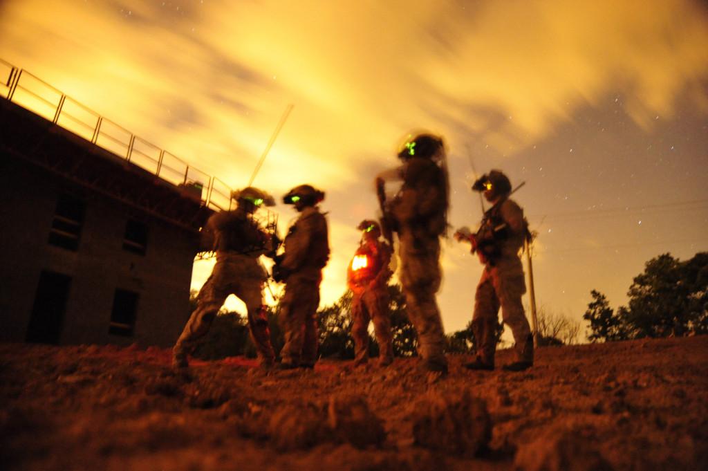 Navy SEALs beteiligen sich am städtischen special operations Kampftraining im Jahr 2012. Die Trainingsübung diente um spezielle Einheiten mit den städtischen Umgebungen und taktische Manövern während der Nacht- und Tag-Operationen vertraut zu machen. Mass Communication Spc. 2nd Class Meranda Keller/U.S. Navy