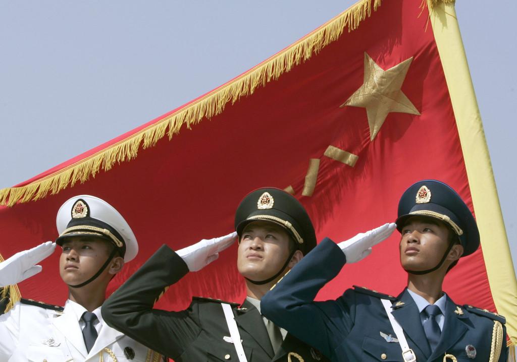 Ehrenwachen der Marine, Land- und Luftstreitkräfte der Volksbefreiungsarmee gekleidet in den neusten Uniformen beim Salut in Formation in Peking, am 01. August. 2007 REUTERS/Joe Chan  (China)