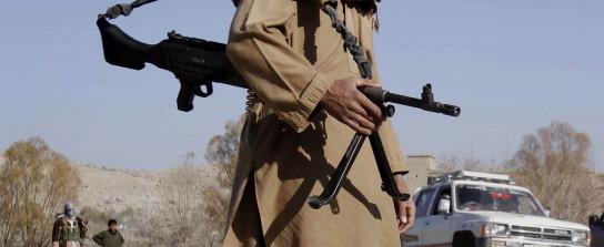 Ein Kämpfer der Taliban an einem Kontrollpunkt in der afghanischen Provinz Nangarhar (AP)