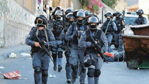 Israelische Polizisten patroullieren in einer Straße in Ost-Jerusalem nach Kämpfen im September 2015