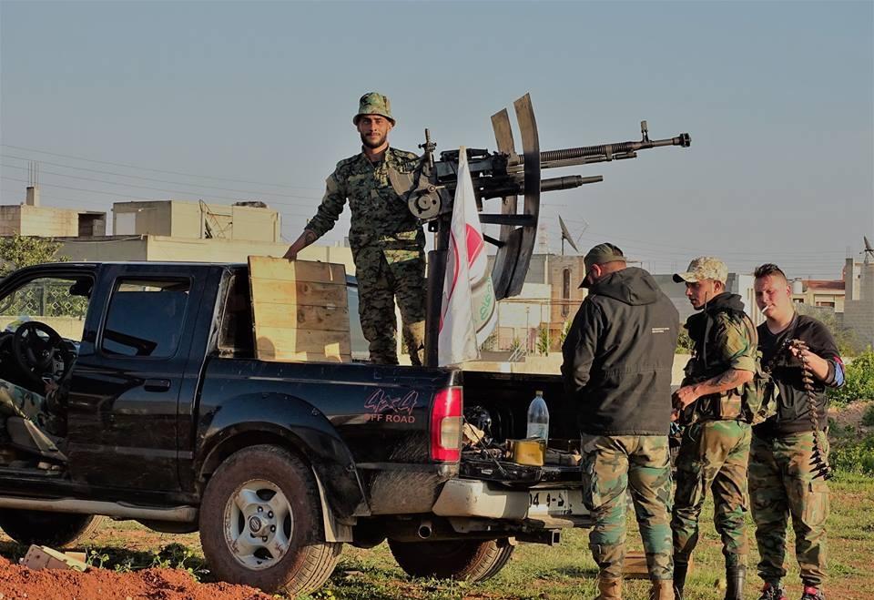 Ein Fahrzeug mit aufmontiertem Geschütz